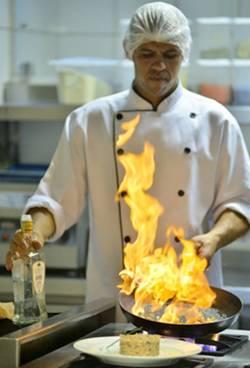 O chef Juraci Neves, do Toujours Bistrot, flamba camarões no licor de anis  (Daniel Ferreira/CB/D.A Press)