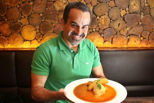 Sérgio Quintiliano e a sobremesa de frutas flambadas do C'est Si Bom  (Oswaldo Reis/Esp. CB/D.A Press)
