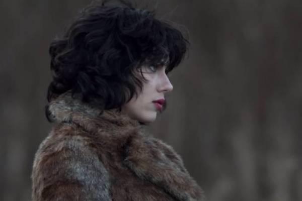 Personagem de Scarlett Johansson vive em desacordo com os humanos (Paris Filmes/Divulgação)