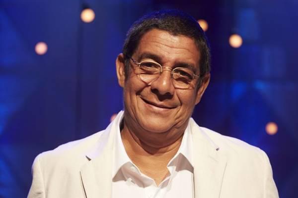 Zeca interpreta as músicas que marcaram os 30 anos de carreira (Guto Costa/Divulgação)