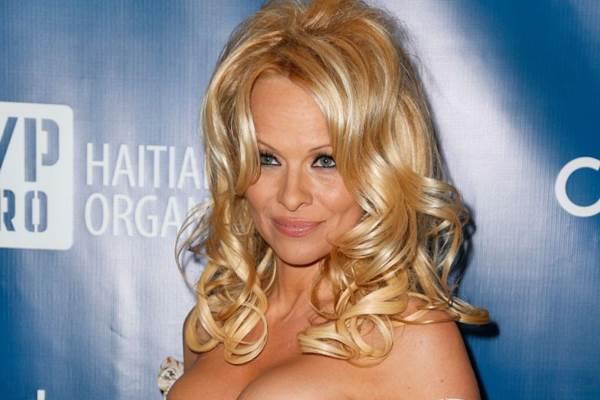 Pamela ficou conhecida por interpretar uma salva-vidas na série Baywatch ( Imeh Akpanudosen/Getty Images/AFP)