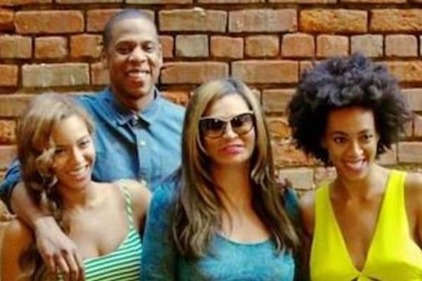 Beyoncé posta em seu site foto com a família (Reprodução/ Site Beyonce)