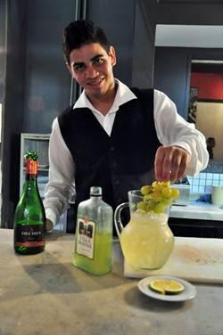 Sebastião Oliveira utiliza vinho tinto, branco ou espumante ao preparar a sangria  (Paula Rafiza/Esp. CB/D.A Press)