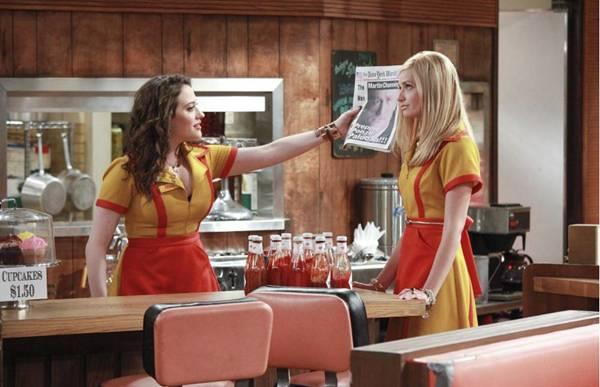 Em 2 Broke Girls, Caroline precisa mudar completamente de rotina após perder a mesada do pai  (Warner Channel/Divulgação)