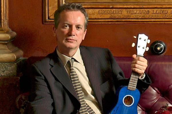 Frank Skinner está em turnê na Inglaterra com o quadro 'Frank Skinner: man in a suit' (Reprodução/Facebook)