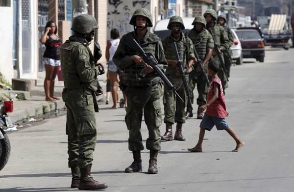 Militares da força de pacificação no Complexo da Maré (Pablo Jacob/Agência O Globo)