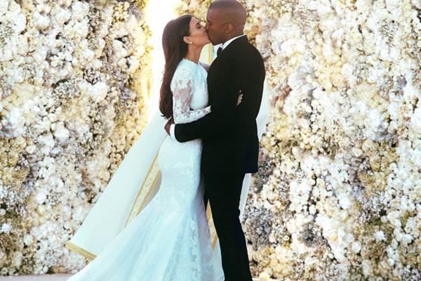 O rapper fez o pedido de casamento no dia do aniversário de Kim (E! News/Divulgação)