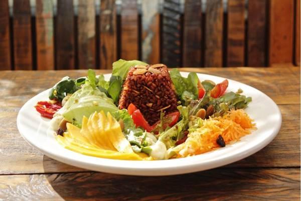 Arroz vermelho na salada: a combinação proposta pelo Arrozeria é rica em nutrientes e cor e funciona como um prato principal (Arrozeria/Divulgação)