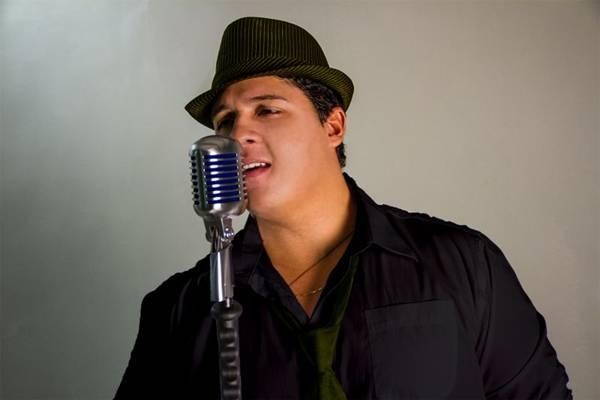 Cantor Felipe Zurk, vocalista da banda GrooveZ, uma das atrações da festa (Adriano Prado/Divulgação)