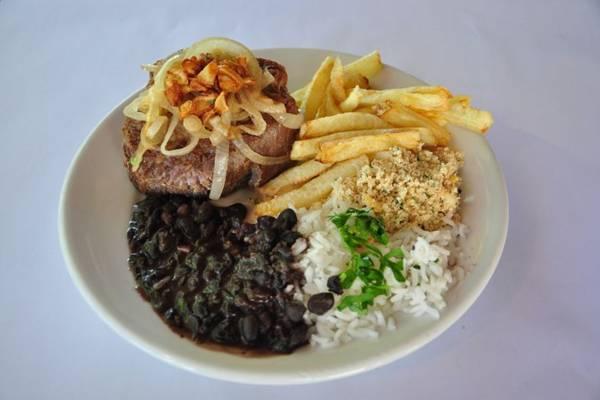 Arroz, feijão, filé e batata frita: receita de sucesso no Cavalcante  ( Paula Rafiza/Esp. CB/D.A Press)