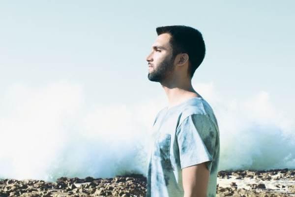 Cantor capixaba vem a Brasília com sucessos do novo álbum, Vista pro mar  (Rui Aguiar/Divulgação)