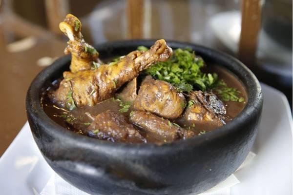 A galinha ao molho pardo é servida no Tammbaú como manda a tradição (Daniel Ferreira/CB/D.A Press)