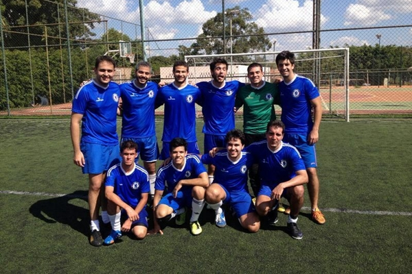 O grupo Fut de domingo se reúne regularmente em campos de futebol da cidade (Arquivo Pessoal/Reprodução)