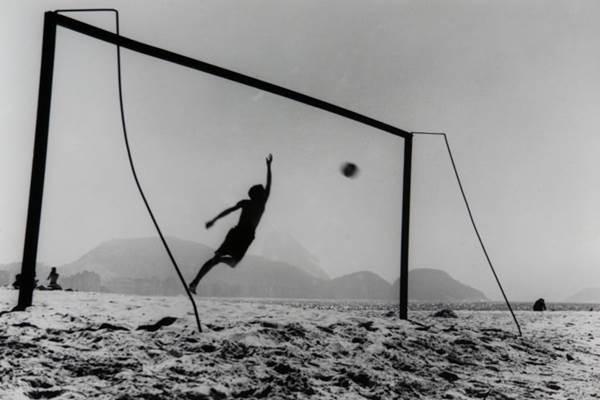 O futebol ganha um módulo especial, com 11 painéis na mostra (Thomaz Farkas/Divulgação)