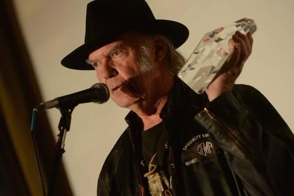 Cantor Neil Young se envolve em polêmica no Twitter (Michael Buckner/Divulgação)