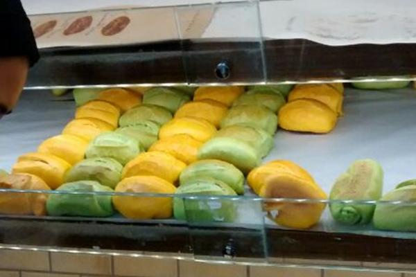 O pão verde e amarelo chamou a atenção dos consumidores  (Raquel Flores/Reprodução )