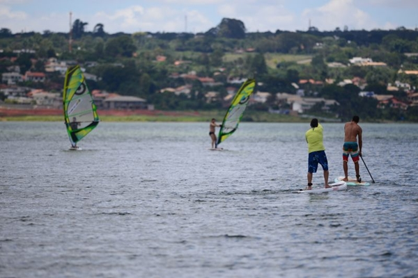 Praticantes de Windsurf e Stand Up Paddle no Lago Paranoá (Geyzon Lenin/Esp. CB/D.A Press)