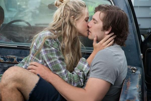 O tema romance proibido volta às telonas com o remake de Amor sem fim (H2O Filmes/Divulgação)
