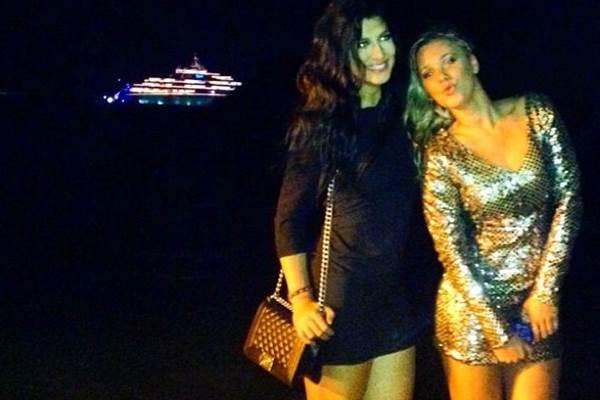 Ex-BBB Marien Carretero ao lado de amiga com o iate em que ator está hospedado de fundo (Reprodução/Instagram)