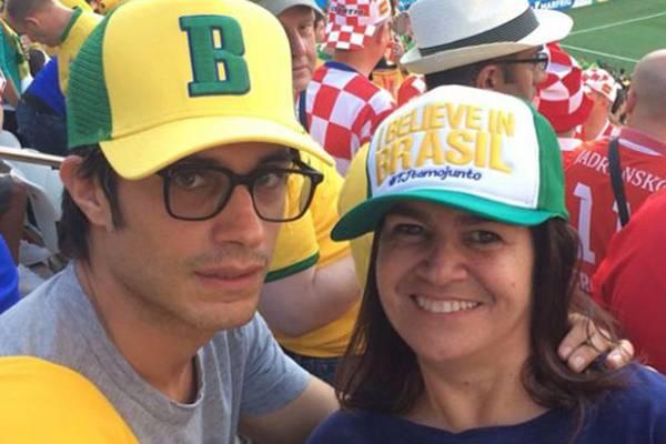 Gael García Bernal com a estilista brasileira Martha Medeiros: torcidas diferentes (Instagram/Reprodução)