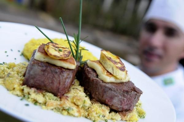 Chef Elízio Correa e o prato filé fusion, sucesso desde a inauguração do Liv Lounge  (Carlos Vieira/CB/D.A Press)
