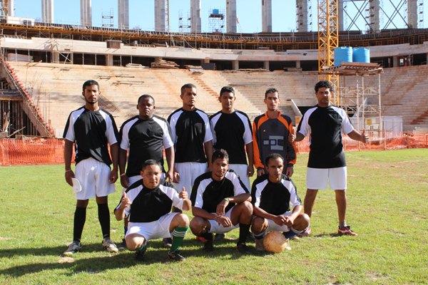 Operários da bola acompanha passo a passo a reforma do Mané Garrincha (Virna Smith/Divulgação)