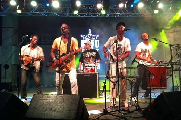 O grupo D-Funk in Samba se apresenta na festa (Marcelo Samerson/Divulgação)