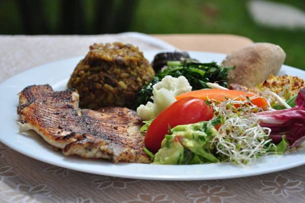 Filé de peixe e salada estão entre os itens do almoço do Flor de Lótus  (Paula Rafiza/Esp. CB/D.A Press)