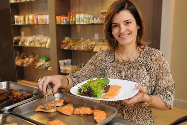 Ana Paula Decnop oferece cerca de 40 tipos de salada (Rafael Ohana/CB/D.A Press)
