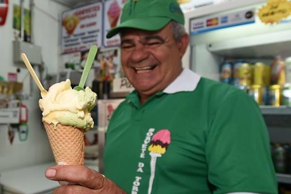 O sorveteiro João Orlando Goes e sua casquinha verde e amarela, sabor mais procurado (Ed Alves/CB/D.A Press)