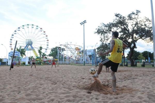 O futebol de areia exige mais preparo físico do que o de campo (Carlos Moura/CB/D.A Press)
