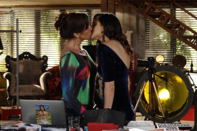 Marina (Tainá Muller) e Clara (Giovanna Antonelli) se beijam em cena da novela Em Família (TV Globo/Reprodução)