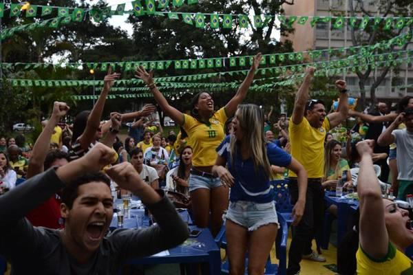 Torcedores assistem ao jogo de abertura da Copa do Mundo de Futebol 2014, entre Brasil e Croácia, no Bar Libanus (Marcelo FerreiraCBD.A Press)