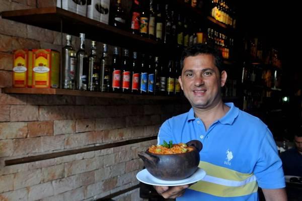 Igor Romão e o arroz de senzala, preparado com linguiça flambada (Antonio Cunha/Esp. CB/D.A Press)