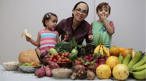 Lanuza faz questão de que os filhos comam produtos orgânicos e dissemina a cultura natural entre os alunos da escola em que trabalha (Ana Rayssa/Esp. CB/D.A Press)