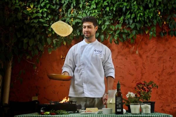 Segundo o chef Daniel Vieira, a tradição tem que ser mantida: panqueca boa é aquela lançada na frigideira (Gustavo Moreno/CB/D.A Press)