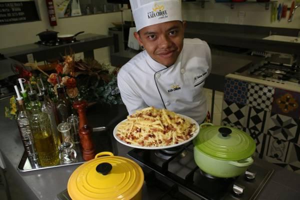 O chef Anderson Yotsumoto indica queijos e bacon como acompanhamento para a batata frita  (Oswaldo Reis/Esp. CB/D.A Press)