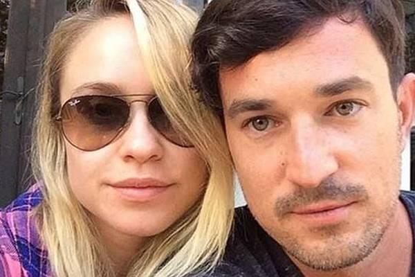 Becca Tobin e Matt Bendik estavam de passagem pela cidade da Filadélfia (Reprodução/Instagram)