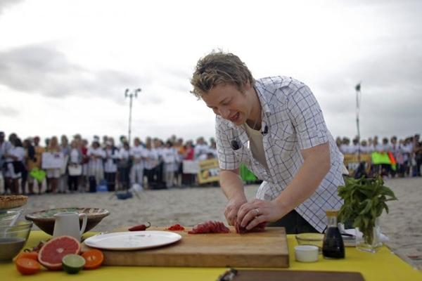 Jamie durante preparo de receitas  (ERIC THAYER/Divulgação)