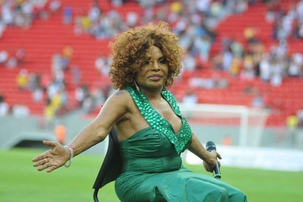 A cantora Elza Soares canta o hino nacional brasileiro na partida da final do Campeonato Candango de Futebol  (Breno Fortes/CB/D.A Press)
