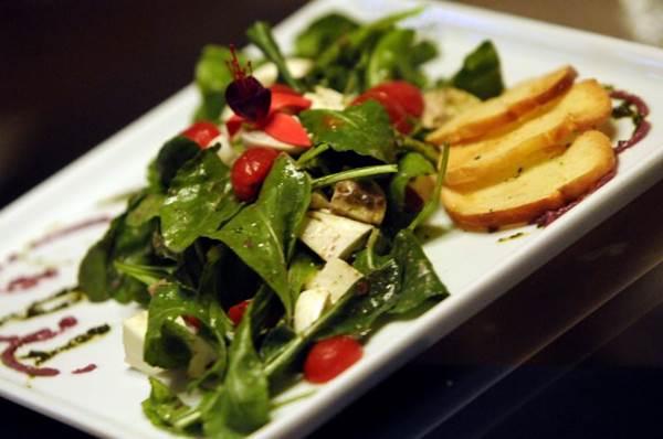 Na salada do Bottarga, muçarela de búfala e molho de azeitonas pretas disfarçam o sabor amargo da rúcula (Carlos Vieira/CB/D.A Press)
