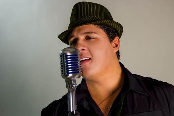 Cantor Felipe Zurk, vocalista da banda GrooveZ (Adriano Prado/Divulgação)