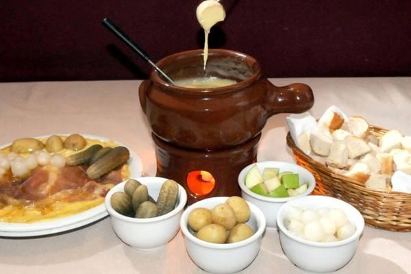 Fondue de queijo servida com pães e legumes no Chez Fondue  (Adauto Cruz/CB//D.A Press)