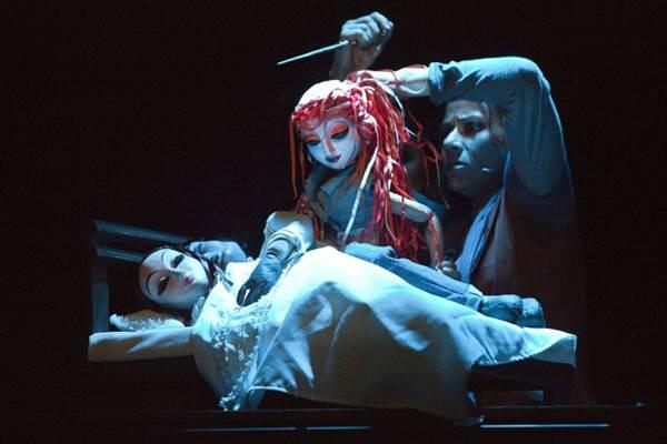 Na versão da Cia. PeQuod, a trama de A pequena sereia ganha contornos trágicos (Cláudia Ribeiro/Divulgação)