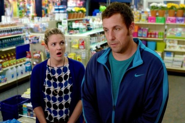 A química entre Drew Barrymore e Adam Sendler é um dos pontos altos do longa (Warner Bros. Pictures/Divulgação)