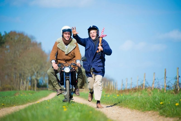 Os franceses Nans e Mouts percorrem o mundo sem dinheiro em Nus & culottés ( TV5Monde/Divulgação)