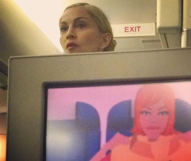 Na foto cantora parece ignorar instruções de segurança para decolagem (Reprodução/Instagram)