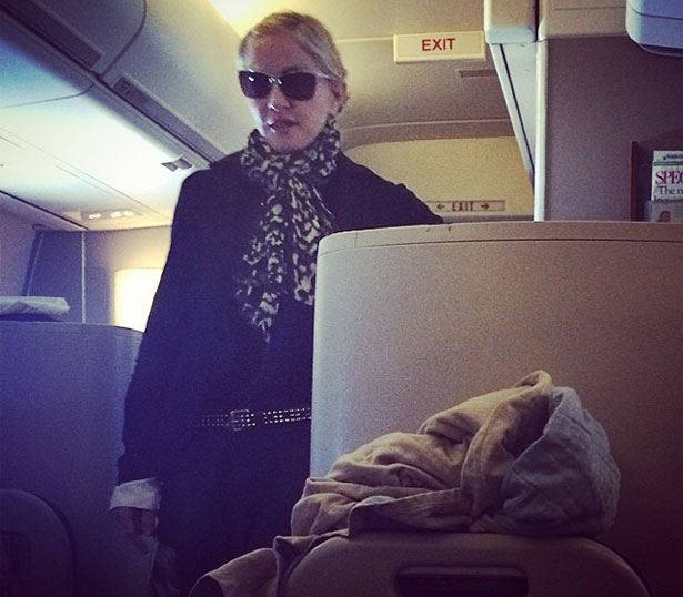 Madonna na saída do voo, já em solo inglês (Reprodução/Instagram)