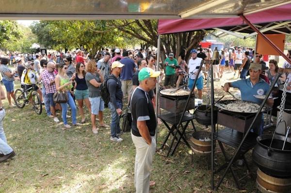 A reunião de admiradores do food truck no Parque da Cidade juntou, no último domingo, cerca de 3 mil pessoas: gastronomia, serviços e arte  (Carlos Moura/CB/D.A Press)