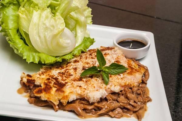 O frango em crosta de pão ao molho de shitake e shimeji se destaca no menu  (Felipe Menezes/Divulgação)